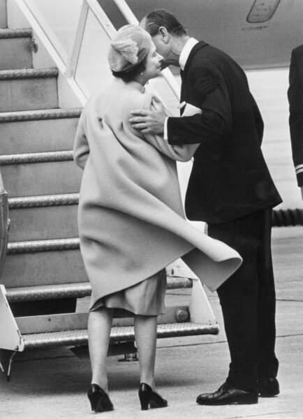 Le Prince Phillip embrasse la reine Elizabeth II à l'aéroport d'Ottawa, au Canada, en 1982