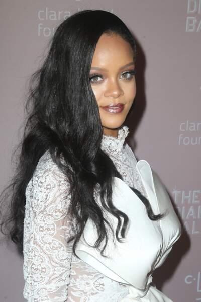 Rihanna : canon avec sa robe bi-matière en dentelle Alexis Mabille