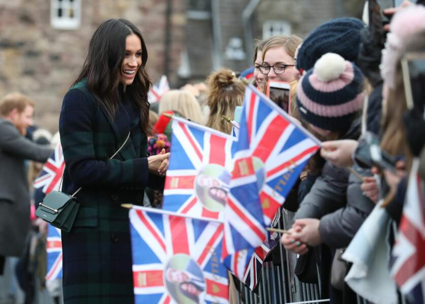 Meghan Markle en manteau en tartan Burberry et sac à main Strathberry lors d'une visite à Édimbourg le 13/02/2018