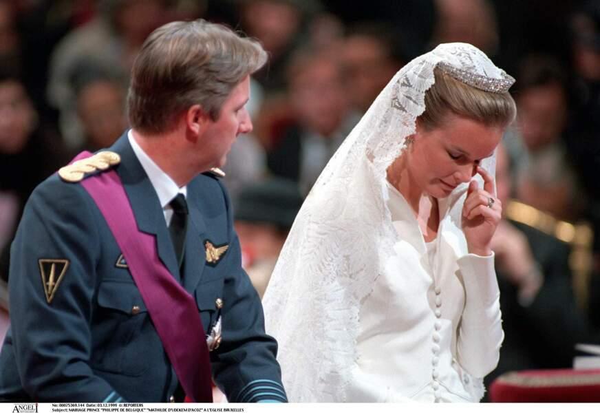 La reine Mathilde essuie une larme lors de son mariage avec Philippe de Belgique, le 3 décembre 1999 à Bruxelles