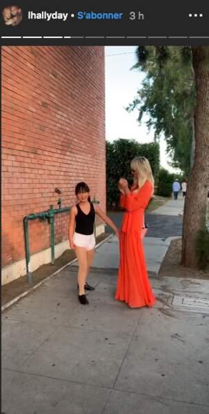 Laeticia Hallyday encourage sa fille quelques minutes avant la représentation.
