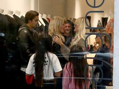 PHOTOS - Laeticia Hallyday en virée shopping, la veuve de Johnny prend du bon temps