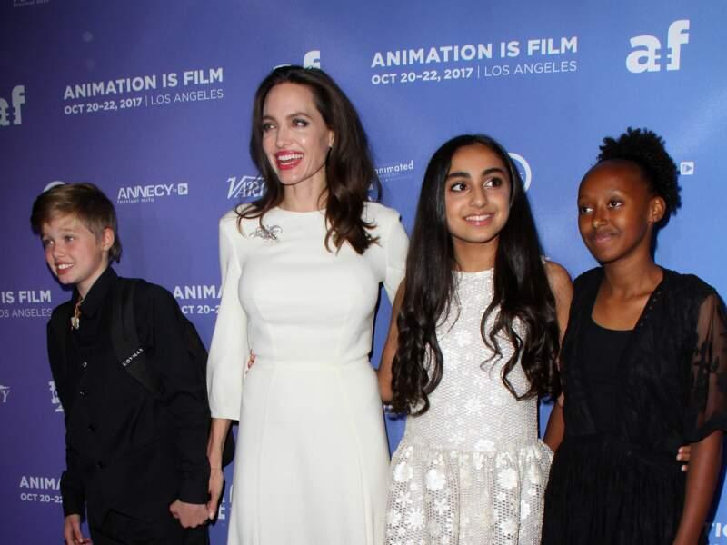 La famille Jolie-Pitt et l'actrice Saara Chaudry sur le tapis rouge