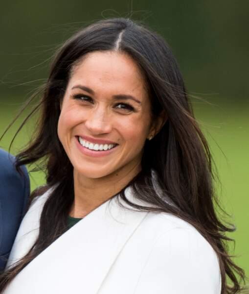 Meghan avec un make-up nude et les cheveux lâchés et lisses, pour l'annonce de ses fiançailles avec le prince Harry,  le 27 novembre 2017