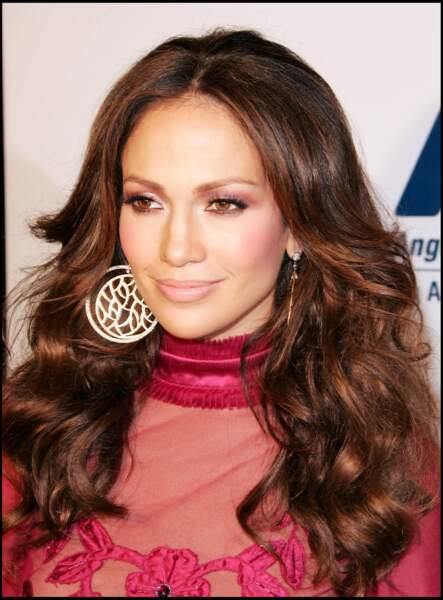Jennifer Lopez brune avec un vrai look seventies