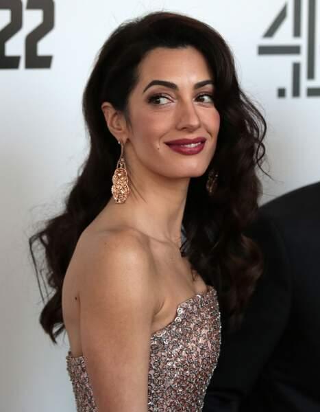Amal Alamuddin Clooney maîtrise l'art de la coiffure élégante sur cheveux longs