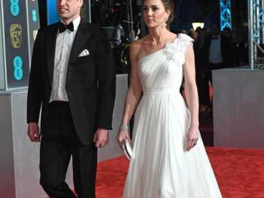 Kate Middleton surprend avec une robe blanche asymétrique