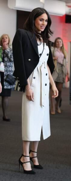Meghan Markle (en robe à rayures Altuzarra) avec le Prince Harry à Londres le 18 avril 2018