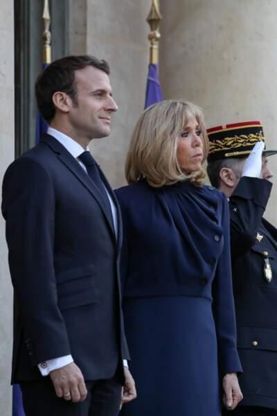 Brigitte Macron choisit souvent des tenues assorties au costume de son mari Emmanuel Macron