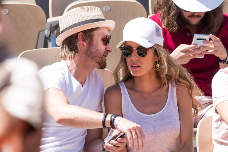 Philippe Lacheau glisse des mots doux à l'oreille de sa chérie Elodie Fontan dans les tribunes de Roland Garros