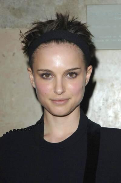 Les cheveux sont très courts et retenus par un bandeau... Très certainement pas la meilleure coupe de l'actrice
