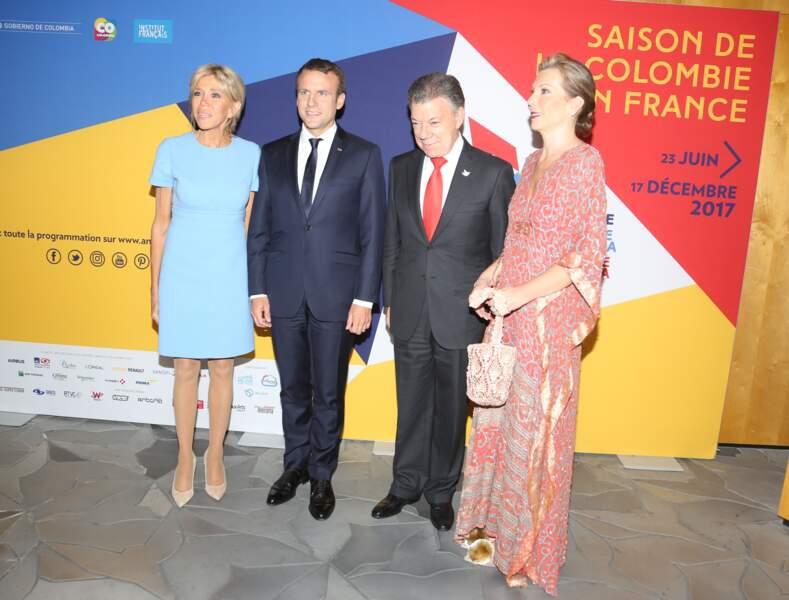 23 juin 2017 : Brigitte Macron en robe bleue claire courte avec le couple présidentiel colombien