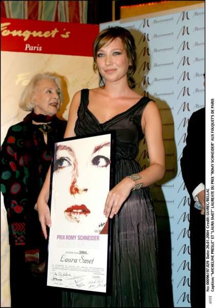 """Laura Smet reçoit le prix Romy Schneider en 2004 pour son rôle dans """"Les Corps Impatients"""" de Xavier Giannoli"""