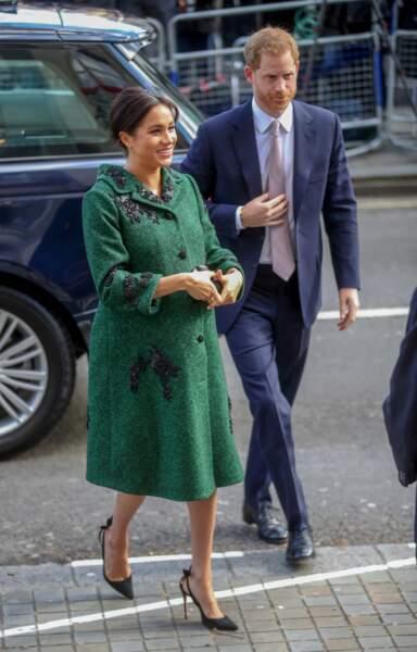 Meghan Markle très chic en robe et manteau vert, une de ses couleurs favorites