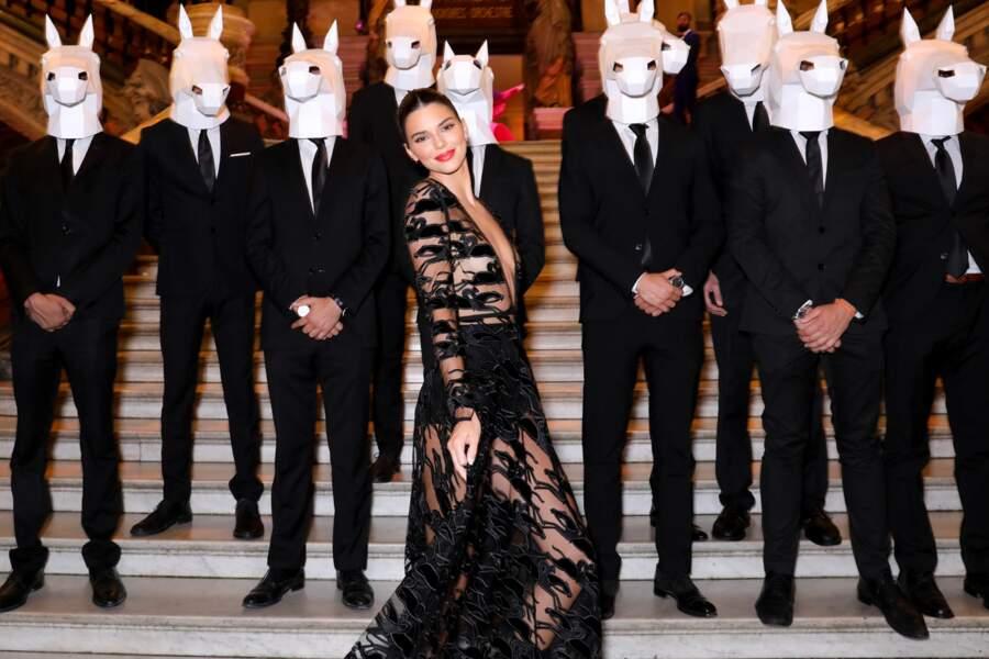 Devant une assemblée de serveurs déguisés pour l'occasion, Kendall Jenner s'amuse et prend la pose.