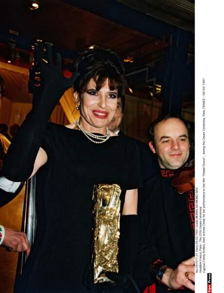 Fanny Ardant, en robe noire, chignon haut et collier de perles, un look chic pour recevoir le César en 1997