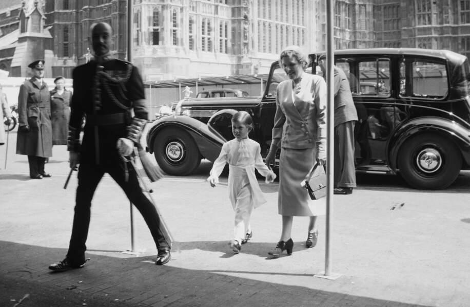 Arrivée de Charles avec sa nurse en l'Abbaye de Westminster pour le couronnement de la reine Elizabeth en 1953