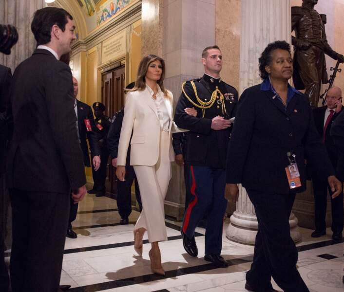 C'est au bras d'un jeune officier, perchée sur des stilettos Dolce & Gabbana, que son épouse a quitté le Capitole.