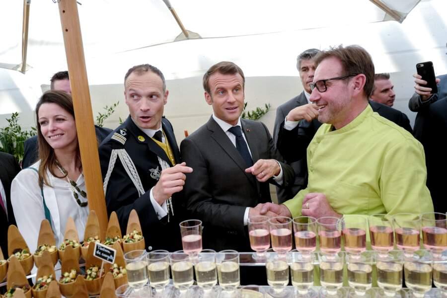Emmanuel Macron, souriant, a reçu les métiers de bouche au palais de l'Élysée ce 1er mai