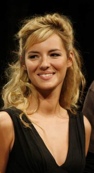 Pour l'été 2007, la présentatrice rayonne avec un blond crêpé d'inspiration Brigitte Bardot