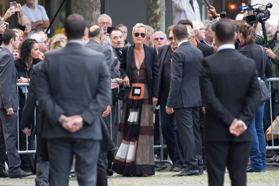 2017 : Laeticia Hallyday  en lunettes aviateur noires pour les obsèques de Mireille Darc