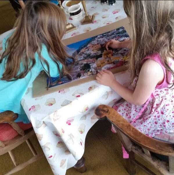 Vacances studieuses pour les deux jumelles de Sarah Jessica Parker qui  font consciencieusement un puzzle