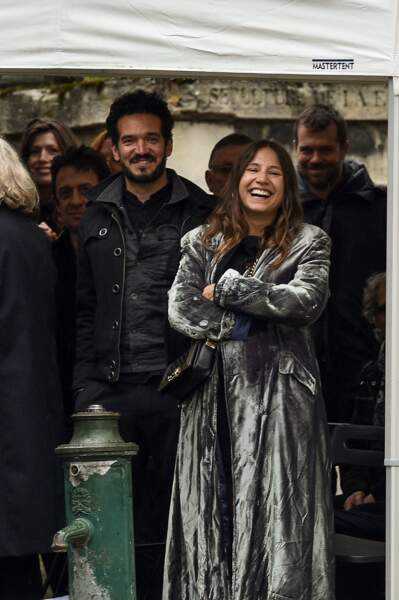 Izïa Higelin et son compagnon Bastien Burger, souriants,  le 12 avril à Paris
