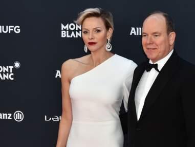 PHOTOS – Charlene de Monaco les cheveux courts sur le tapis rouge au côté de son mari Albert, en baskets