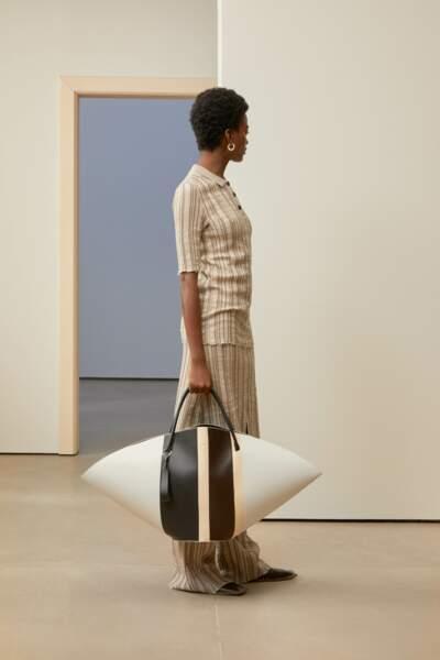 Tendance sac : le format s'amplifie pour des modèles ultra développés comme chez Jil Sander.