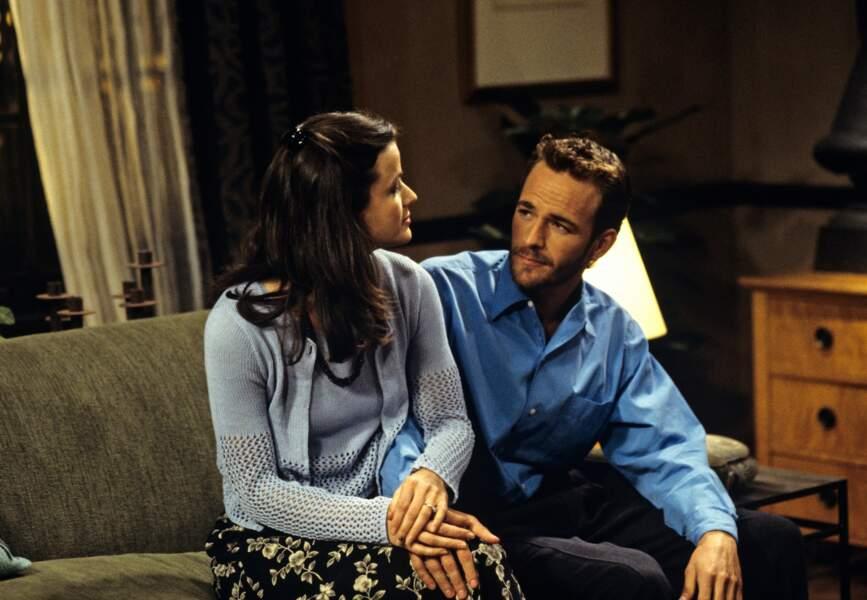 "Luke Perry dans la série ""Spin City"", en 1997, avec Kim Dickens"