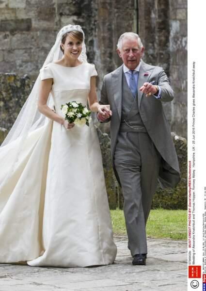 Alexandra Knatchbull au bras du prince Charles, lors de son mariage en l'Abbaye de Romsey le 25 Juin 2016
