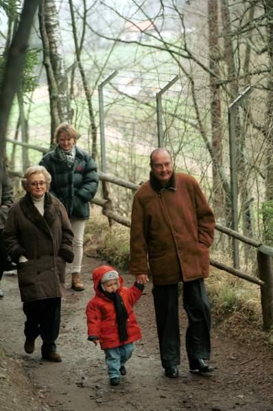 Claude, Bernadette, Jacques Chirac et son petit-fils Martin en vacances à Igls en Autriche en 1998
