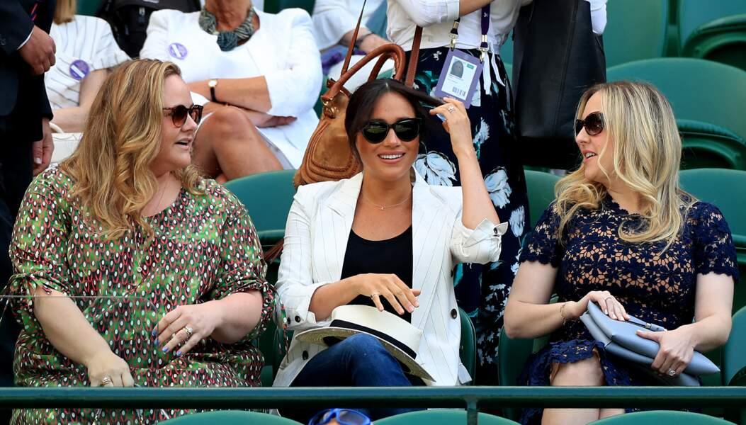 Meghan Markle et ses amies attendent le match de Serena Williams à Wimbledon, le 4 juillet 2019.