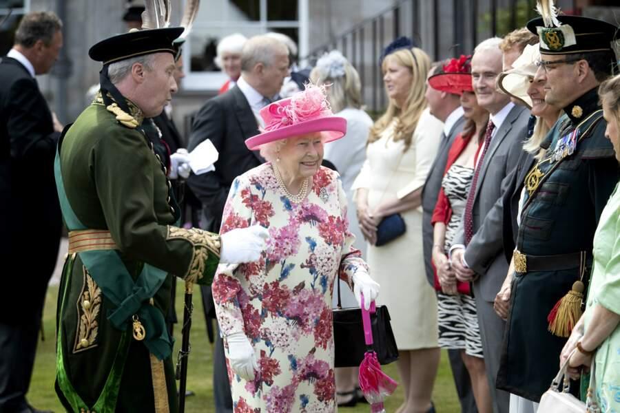 La reine d'Angleterre, radieuse et en bonne forme, au palais de Holyroodhouse à Edimbourg lors d'une garden party