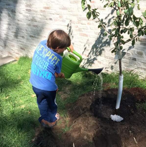 Benjamin, le petit garçon de 6 ans de Gisèle Bündchen, joue les jardiniers pendant les vacances