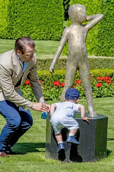 Le prince Oscar, sous la surveillance de son père, le prince Daniel, a déjà le goût de l'escalade.