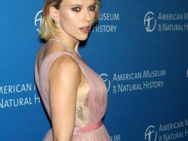 PHOTOS - Scarlett Johansson sexy en robe décolletée dévoile un joli tatouage