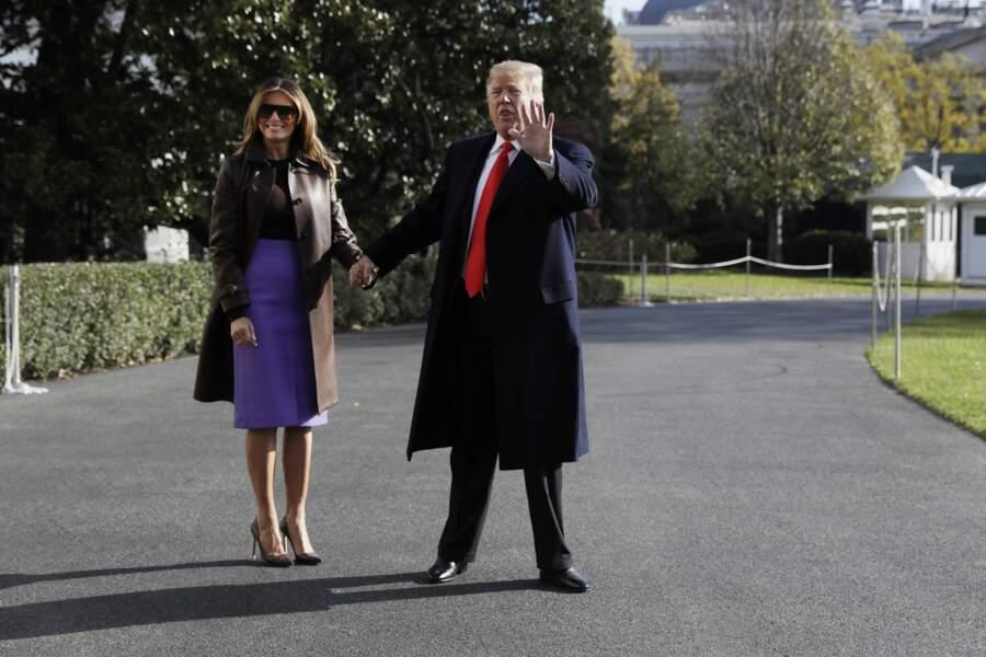 Melania Trump très glamour avec sa jupe en cuir violette et son manteau Ralph Lauren