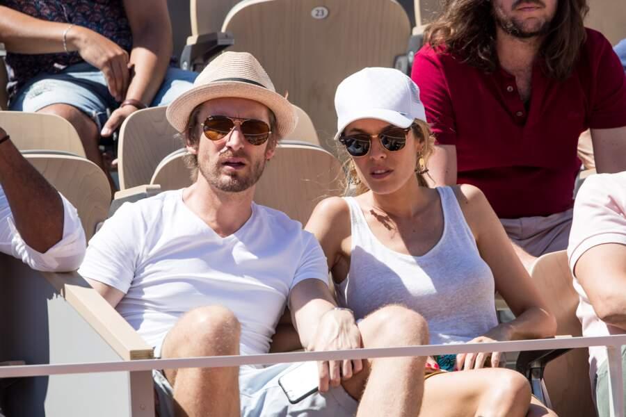 Philippe Lacheau et Elodie Fontan étaient assortis, tous les deux vêtus de blanc à Roland Garros