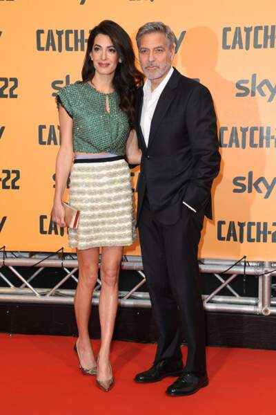 Amal Clooney accessoirise sa tenue avec une paire d'escarpins argentée pour un look très glitter