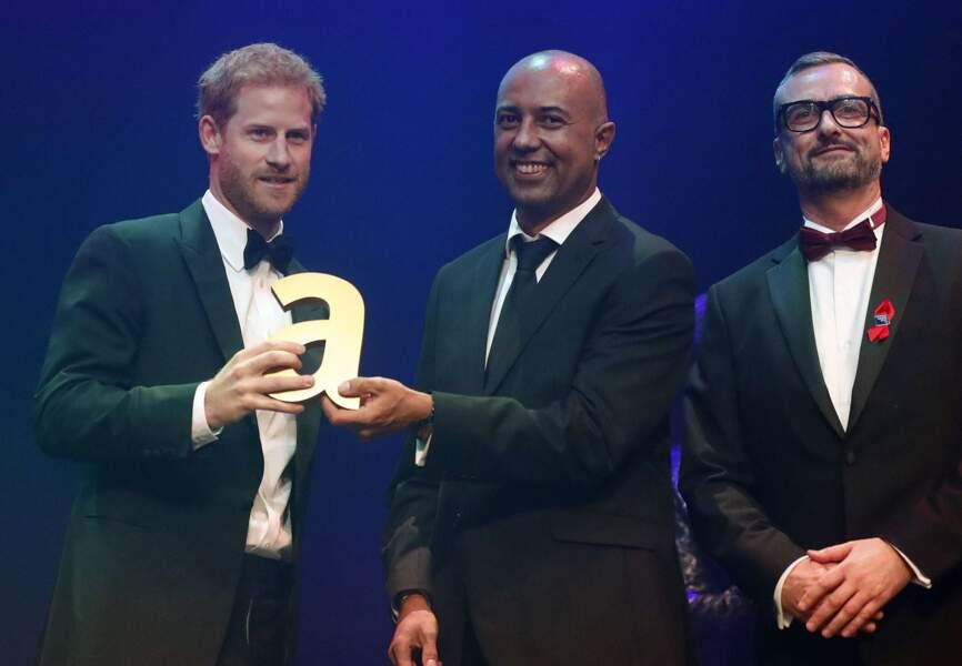Harry était sur place pour recueillir une récompense posthume au nom de sa mère, la princesse Diana.