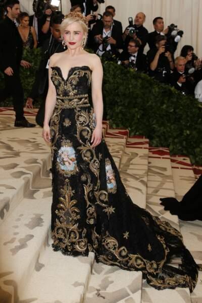Emilia Clarke en robe Dolce & Gabbana et magnifique couronne dorée