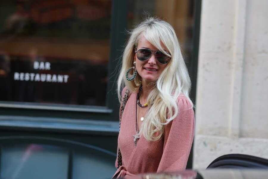 Chevelure longue et boucles légères, Laeticia Hallyday affiche un nouveau look en octobre 2018 à Paris