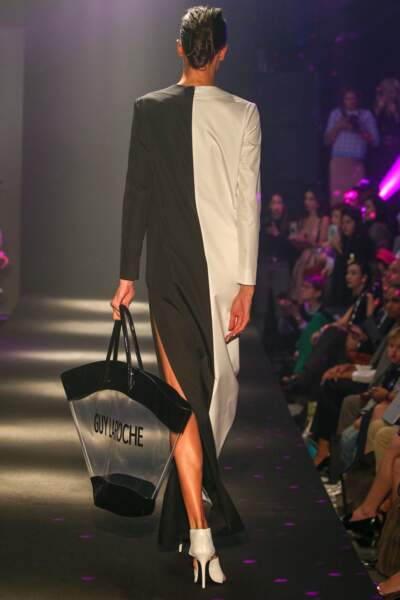 Guy Laroche se réapproprie le sac de plage en plexi avec une démesure ultra tendance.