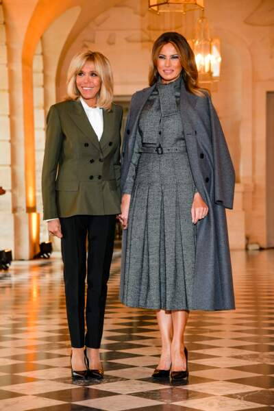 Brigitte Macron à côté d'une Melania Trump sculpturale en robe ceinturée Dior