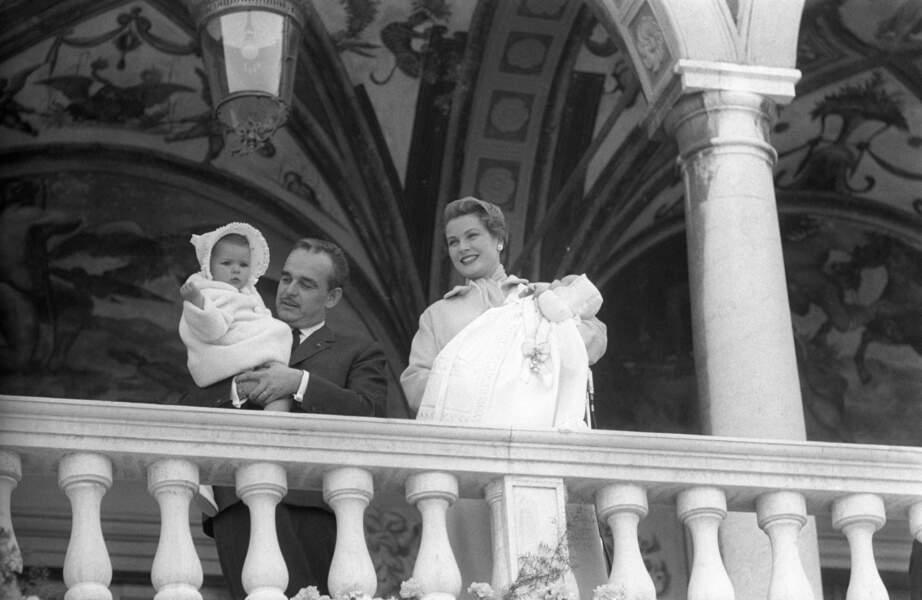 Rainier et Grace de Monaco, avec la princesse Caroline lors du baptême de leur fils Albert, le 3 janvier 1954