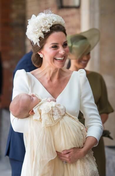 Le sourire de Kate qui tient le prince Louis dans ses bras