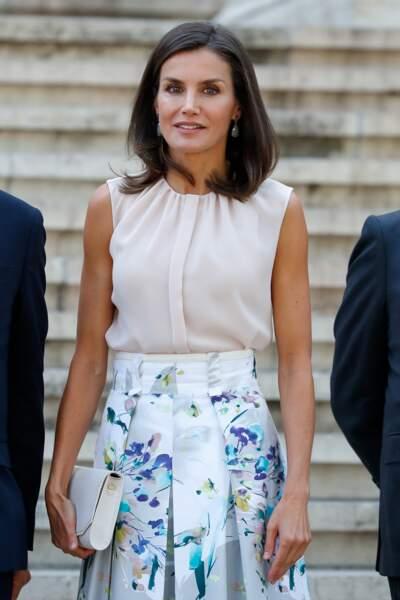Letizia d'Espagne dans un look très estival pour visiter la bibliothèque nationale d'Espagne le 30 juillet 2019.