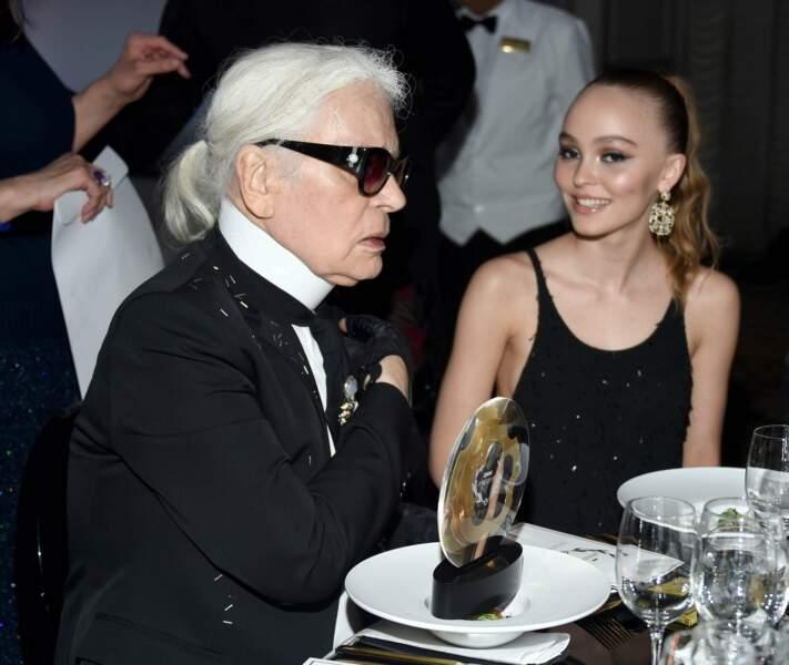 Lily-Rose Depp , très souriante avec un maquillage à la table de Karl Lagerfeld