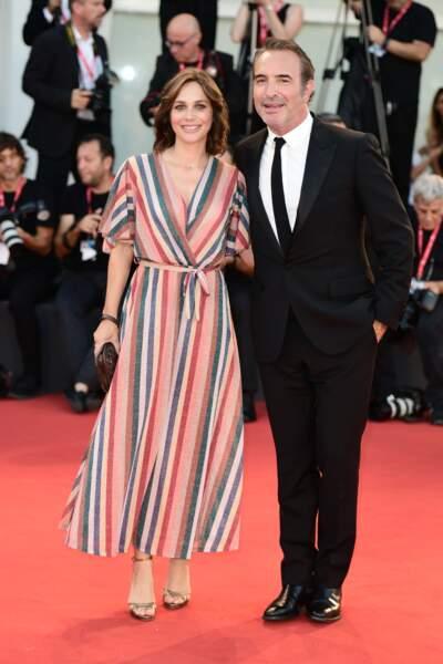 Jean Dujardin avait opté pour un look chic en costume noir, tandis que Nathalie Péchalat portait une robe colorée